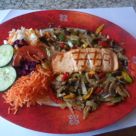 Zalmschotel met frietjes en salade
